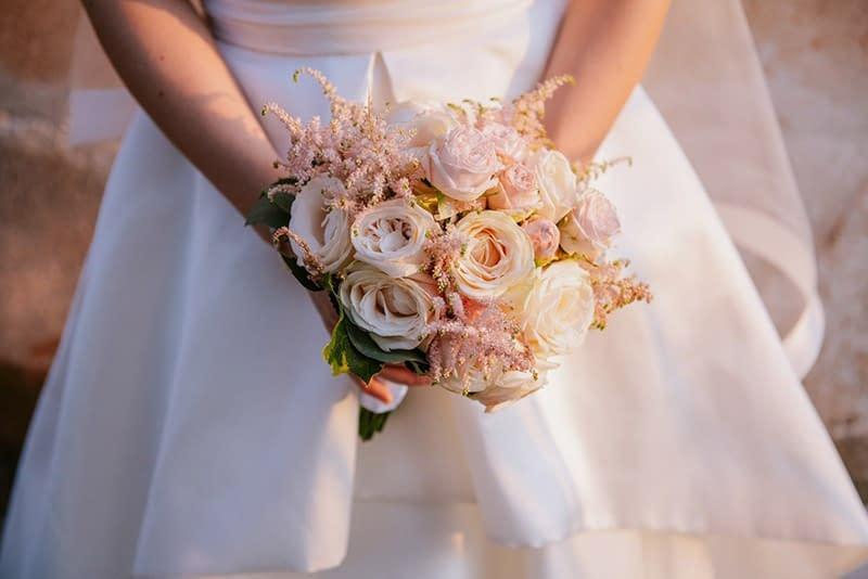 Bouquet da sposa, come portarli